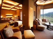 270度の眺望を楽しめるU字型ソファーやオットマン付チェア