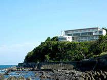 海を眼下に望む立地。ゆったり時が流れるリゾートステイをお楽しみください。