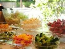 全ての朝食に、サラダ、ヨーグルト、フルーツカクテル、ソフトドリンクをハーフバイキングでご用意します