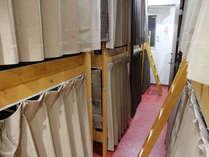 ドミトリールーム。カーテン付きなのででプライベートも守られます。