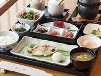 日本料理「佳香」和朝食イメージ。新鮮なお造りや焼き魚に加え、特製の釜で炊きあげるご飯もおすすめです。