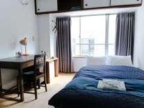 世界品質シモンズ製の広々としたセミダブルベッドで、ゆったりとくつろげるお部屋です。