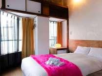世界品質シモンズ製の広々としたセミダブルベッドで、ゆったりとお過ごしいただけるお部屋です。
