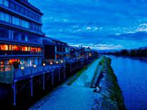 川床で鴨川の夜景を楽しみながらおいしいお料理を愉しんで。