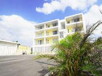 【外観】黄色い外観が特徴のアパートメントタイプのペンション