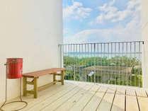 【館内】階段踊り場の喫煙スペースからは宮古島の青い海が見えます