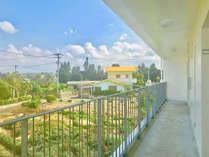 【館内】客室入口側廊下からは緑が広がり、のどかな風景を見渡すことができます。