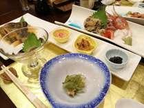 夕食の一例。煮魚や天ぷら、お刺身などボリュームたっぷり