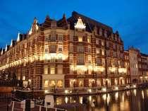 ライトアップされた美しい外観が、運河の水面に反射し、幻想的な雰囲気。