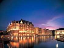 運河に面して堂々と建つホテルヨーロッパ。薄暮の中、その美しさが運河に映し出される。