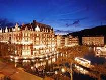夜はライトアップされ、さらに気品と格調を増す「ホテルヨーロッパ」の外観。