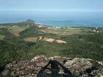 野底岳頂上から見た宿周辺の風景。自然の濃さが良く分かります。