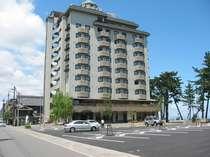 ホテル前には大型駐車場完備。目の前の海へお散歩するのもいいかも♪