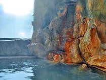 【男湯・内湯】 湧出口は温泉成分が固まった湯ノ花で覆われております。