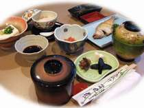 【朝食】地元の手作り豆腐・カレイの一夜干し…ジゲを盛り込んだ体想いの和朝食