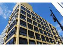 地上7階建ての黄色い建物が当館です。