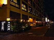 松本旅館の外観 夜