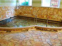 天然温泉かけ流しのお風呂。泉質は地域でも良質な温泉。