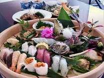 旬のネタを使った寿司、季節野菜と魚介の天ぷら、魚のアラ煮、地魚のお造り、茶碗蒸し