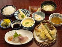 天ぷら・お刺身・茶碗蒸しを中心に小鉢や酢の物をセットにした夕食です。