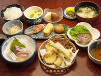 天ぷら・お刺身・茶碗蒸しを中心に小鉢や酢の物をセットにお肉も加わった夕食です。