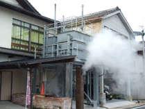 *蒸気がモクモク!蒸し風呂や蒸し釜で料理が楽しめます