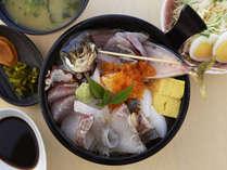 蒸し釜体験の夕食で選べる1品!じげ丼!!地元魚を使った海鮮丼です