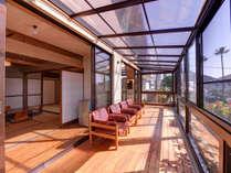 *和室20畳(客室一例)/テラスから差し込む光が室内を明るく。ポカポカ陽気に癒されて。