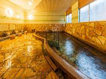 【大浴場】無色透明で湯の花が舞う温泉は、地域の中でも泉質が濃いと好評!