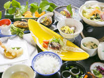 【夕食(一例)】足摺沖で獲れた新鮮な魚介類をはじめ、土佐の旬味を存分にご堪能下さい。