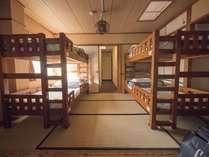 携帯充電用のコンセント、読書灯が各ベッドに完備されております。