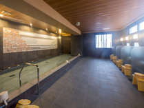 壁面にタイルで松を施した自慢の大浴場「松乃湯」
