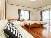 ベッドはセミダブル2台とシングル1台あります。