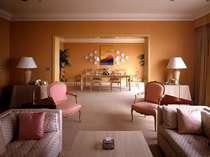 本館オーシャンビューインペリアルスイート 広々としたお部屋にはこだわりのインテリアの数々が。