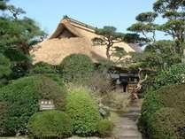 【田舎家】歴史ある情緒豊かな茅葺き屋根の建物で、天ぷらや鍋料理をお楽しみいただけます。