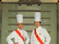 日本ユスコフイエ協会より名誉ある「ディシプル章」を受賞した、 料理長 竹安金仁、調理副料理長 窪田豪