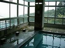 [写真]天然な大理石造りの大浴場