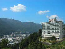温泉街を見下ろす高台に建ち、客室からの眺望は抜群です。