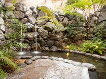 【天然温泉露天風呂】 四季の草木を楽しみながらの湯浴みは心を癒します。