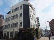 当館の外観写真です。広島駅北口から徒歩約3分の位置にございます。