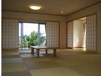 琉球畳が敷きつめられた21畳の和室。窓を開ければ心地よい風が吹き抜けます。