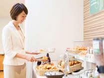 ビュッフェ式の朝食です。日替わりのメニューからお好きなものをお取りください。