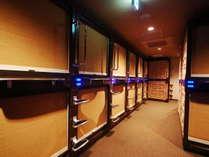 【カプセルルームフロア】シックな雰囲気のカプセルフロアはバーコードによる入室管理で安心・安全♪