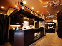 【1F】カプセルホテルとは思えない、バリ島の高級リゾートホテルをイメージしたフロント。