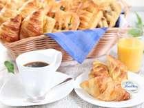 朝食一例(パンケーキ・クロワッサン)ソフトドリンク付