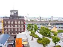 後ろに見える建物は掛川駅です!本当に近いですよ~☆