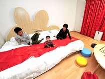 【ウエスト館コチラ ファミリールーム】広々ベッドでファミリーみんなで横になれます。