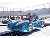 2人乗りのマシンで隣を走るライバルト1対1のレースバトル!!ハンドル操作でライバルと差をつけろ!