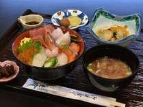 朝食も海幸満載の「海鮮丼」! ホテル特製「海鮮丼」 サラダ・お新香付