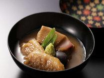 【鴨の治部煮】加賀料理の代表格。甘く煮込まれた具材にわさびの辛さがアクセントです。